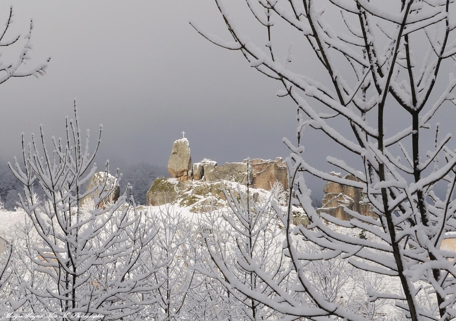 Le chateau de Quérigut sous la neige